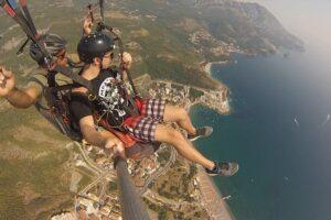 Сделайте свой отпуск в Черногории захватывающим. Совершите захватывающий полет на параплане в тандеме в Будве с нашей дружной и опытной командой. Вы можете выбрать адреналиновое полетное путешествие или расслабляющее осмотр удивительных пейзажей - выбор за вами!