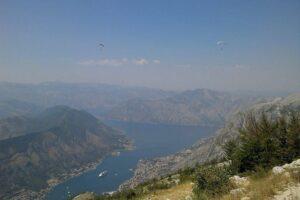 Полет на параплане по Черногории над Будвой. обеспечивает захватывающий вид на пейзаж Будванской Ривьеры и глубокое синее Адриатическое море, от которого захватывает дух.