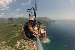 Парапланеризм в Черногории предлагает незабываемые приключения и для самых маленьких туристов. Возьмите своих детей с собой и вместе познакомьтесь с одной из величайших туристических достопримечательностей Черногории. Детский тандемный полет на параплане